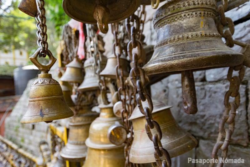 campanas hindus en el templo de dakshinkali