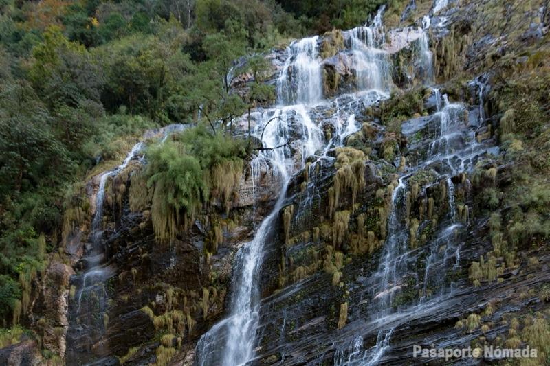 cascada en el valle modi khola nepal