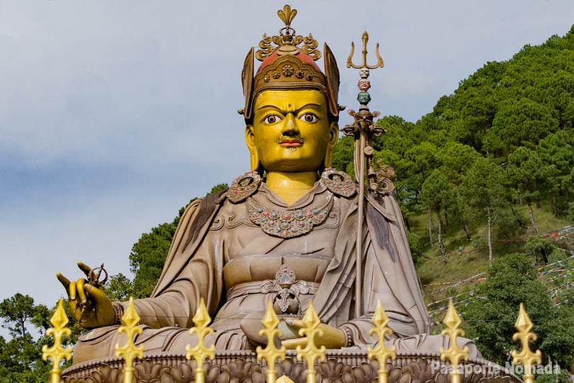 estatua del guru rinpoche que ver y que hacer en pharping