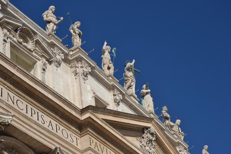 fachada con los apostoles en la catedral de san pedro