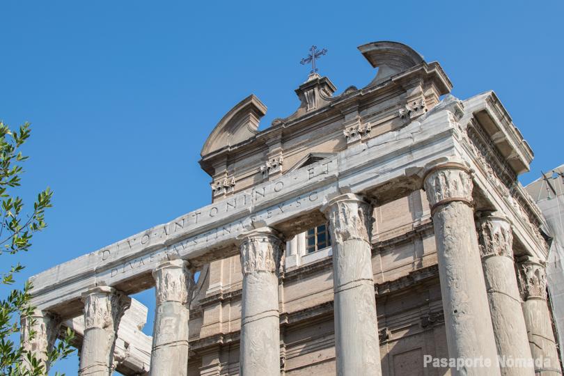 detalle de las columnas corintias y el entablamento del templo de antonio y faustina