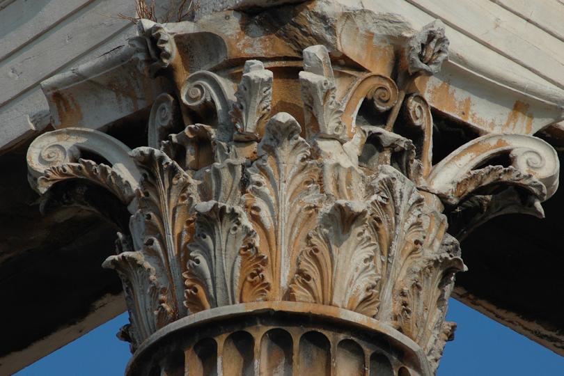 detalle de una columna corintia en el templo de zeus olimpico