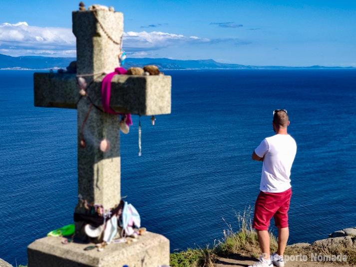 cruz monolito en el cabo de finisterre